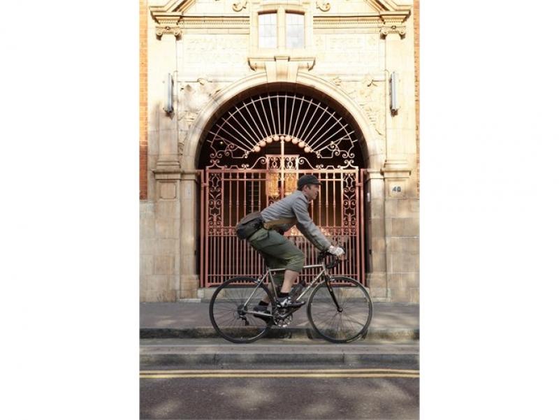 Brooks Brixton als schoudertas tijdens het fietsen