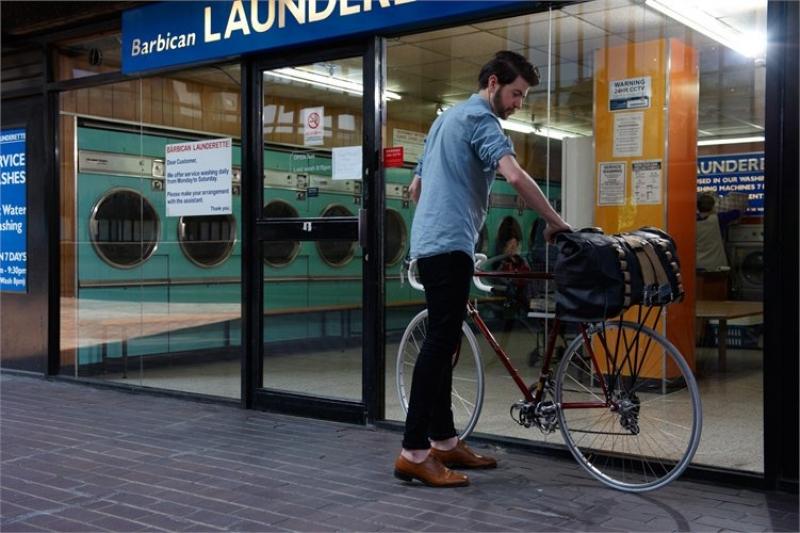 Brooks Hampstead op de bagagedrager van de fiets.